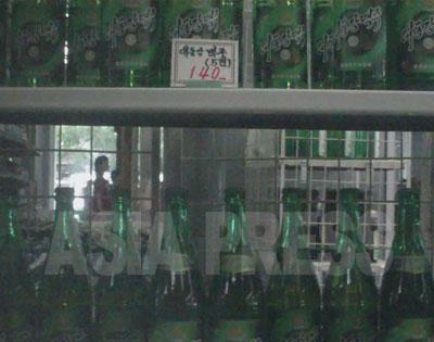 「大同江ビール 140ウォン」の値札が見える。生産に英国の設備を導入し、味は良いと評判。