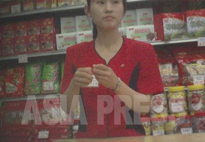 菓子売場。北朝鮮の菓子はビスケットや飴、豆菓子など素朴なものが多い。