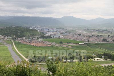 咸鏡北道会寧(フェリョン)市。朝中国境の豆満江側では最も大きな都市だ。多くの華僑が住むため、当然「プロトン」の送金が可能だ。(2010年6月 中国側よりリ・ジンス撮影)