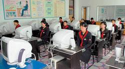 官営メディアで紹介された咸鏡北道会寧(フェリョン)市内のキム・ギソン第一中学校でのパソコン授業の様子。心なしか生徒の表情が硬い。(画報「灯台」336号[2009年12月発行]より)