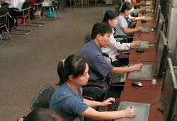 北朝鮮随一のアニメーション映画製作所「4.26児童映画撮影所」の仕事場。最先端設備を備えているという。(画報「灯台」337号[2010年3月発行]より)