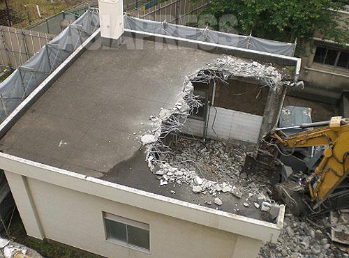 綾瀬市の綾瀬小学校の旧校舎解体工事のようす。煙突内側に80~90%という高い含有率のアスベストが使用された耐火材があったが、アスベスト対策なしで解体され、周辺に飛散した(綾瀬市提供)