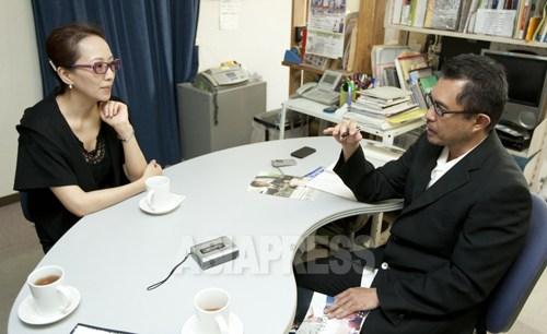 ヤン・ヨンヒ監督と石丸次郎 (撮影ナム・ジョンハク/アジアプレス)
