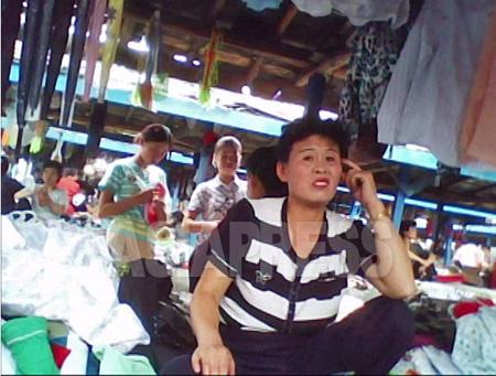 北朝鮮・平安南道の市場(ジャンマダン)。2010年6月 金東哲撮影(アジアプレス)