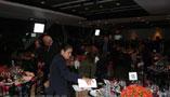 「ニュージアム」で行われた盛大なパーティーには、著名な記者たちも顔を揃えた