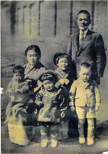 両親と姉3人、兄1人が写る「瑞穂村」時代の家族写真=竹口さん提供