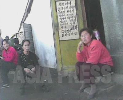 市場で販売が禁止されているテレビや録画機などの電化製品を倉庫に隠して売る女性たち。国営商店よりも安く品種も多様で支持されている。(2008年10月黄海北道沙里院(サリウォン)市 シム・ウィチョン撮影)