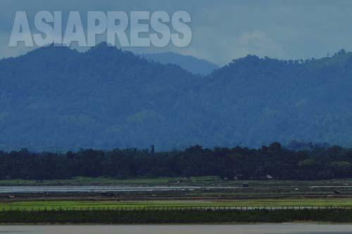 バングラデシュ側からミャンマー側を臨むと、ロヒンジャ難民の流出と帰還を妨げる鉄条網の柵が見られる (2012年8月撮影:宇田有三)