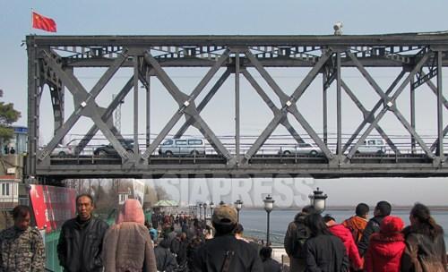 中、韓との貿易の急拡大で、北朝鮮に対する日本の経済的影響力は低下する一方だった。鴨緑江の朝中連絡橋では、物資と人・車がひっきりなしに行き来する。(2012年3月 撮影 南正学)