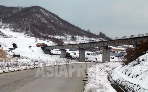 中国吉林省南坪鎮で完工間近の「和坪鉄道」。開通すればさらに多くの北朝鮮・茂山鉱山産の鉄鉱石が、中国国内に供給されるようになる。2012年11月 朴永民(パク・ヨンミン)撮影(アジアプレス)