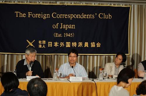 日本に駐在する外国メディアに向けて会見する安世鴻氏 (2012年6月28日 東京・外国特派員協会で/撮影:綿井健陽)