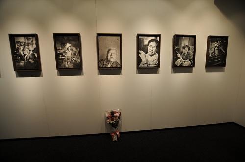 初日の安世鴻氏の写真展会場。外での右派団体の演説、警察と警備員の数々、金属探知機音と、騒々しい空気の脇で、一つの花束が置かれていた。花束は、ニコン側に撤去された=2012年6月26日(撮影:綿井健陽)