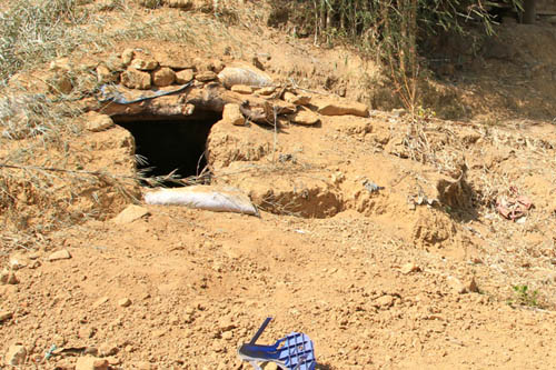 最初の砲弾が着弾した民家の庭。すぐそばでたき火にあたっていた男性2人が死亡した。着弾した場所のすぐそばに防空壕が掘られていた(2月8日カチン州ライザ、赤津陽治撮影)