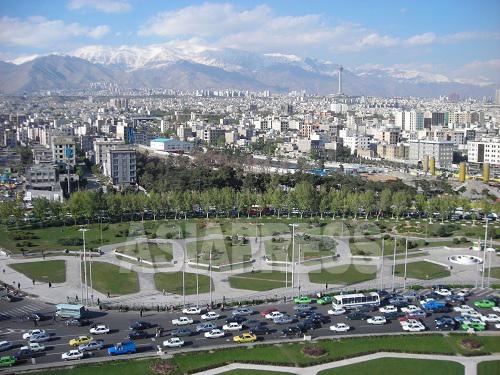イランの首都テヘランは、人口800万人を擁する西アジア屈指の大都市だ。雪をいただくエルブルース山脈の美しい山並み、意外にも多い緑豊かな公園、そして朝夕の大渋滞が私を迎えてくれた。