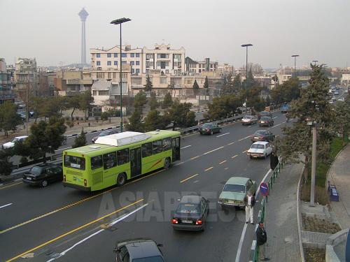 テヘランは路線バス、路線タクシー網が発達しているが、2004年当時、訪れたばかりの外国人が乗りこなすのは至難のわざだった。しかしそれも、その後の5年間で、バス路線やタクシーステーションの完備、民営バスや市内高速バス路線の導入など、すばらしい発達を遂げてゆく。