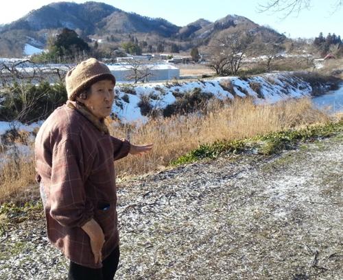 清野トクさん。仮置き場は目と鼻の先だ