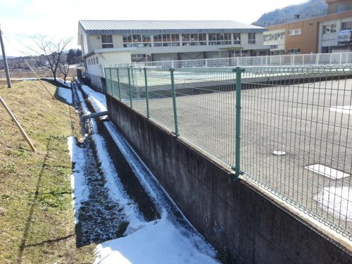 小国小学校脇の側溝付近。依然、放射線量が高い