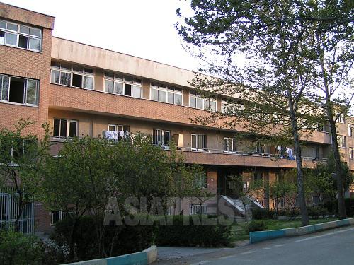 留学生たちが集う23号棟。この学生寮はしばしば学生運動の震源地となってきた。数ヵ月後、学生寮は体制側民兵組織の襲撃を受け、この23号棟も廃墟と化した。