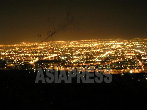 首都テヘランの夜景。これは市外北部の丘の上から撮影したものだが、上空から見下ろす町全体の夜景はさらに荘厳。