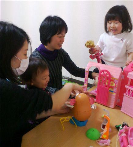 ぷらっとホームで。川田さん(右から二人目)と鹿山さん(左)