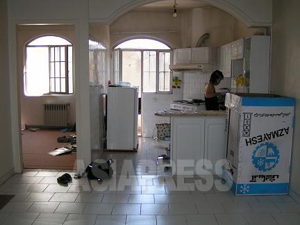 冷蔵庫とガス台以外、まだ何もない。イランのアパートは天井が高いのが気持ちいい。