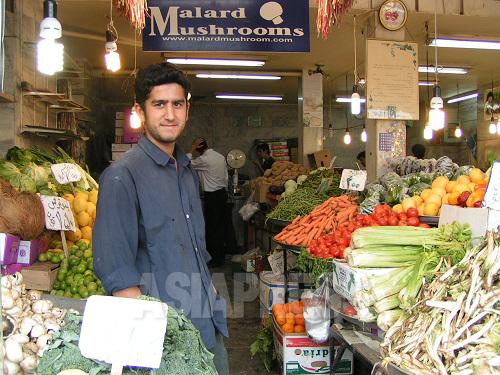 イランの八百屋で見かけないのは、さつまいも、ごぼう、エノキや椎茸、しめじなどだが、手の込んだ日本食を作ろうと思わなければ何の問題もない。写真はよく通ったエンゲラーブ広場の八百屋。平茸をよく買い、ホイル焼きやバター炒めをよく作った。