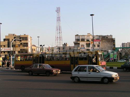 イランの市バスは中で男女が区切られている。スペースの比率は3:2ほどで、女性スペースは大抵込み合っている。