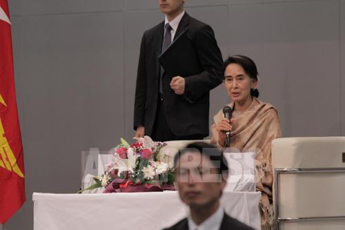 在日ミャンマー人の質問に答えるスーチー氏(2013年4月13日 東京・渋谷)