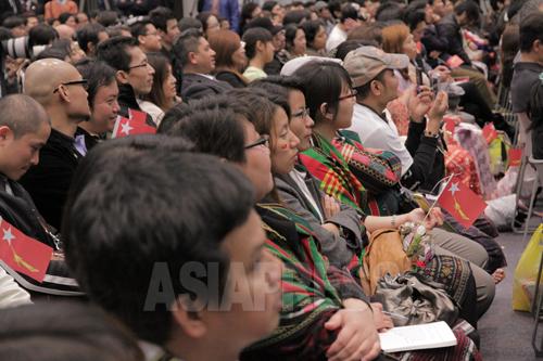 アウンサンスーチーさんの話に耳を傾ける在日ミャンマー人たち(2013年4月13日 東京・渋谷)