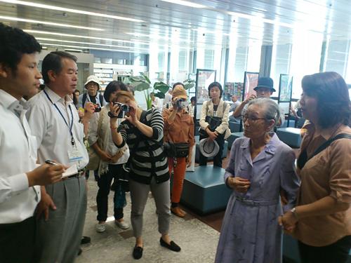橋下市長の発言に抗議し、大阪市役所を訪れた金福童(キム・ポットン)ハルモニ:右から2人目(2012年9月)