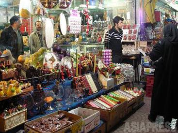 【正月飾りを店先に並べる八百屋】(テヘラン/撮影:佐藤左知子)