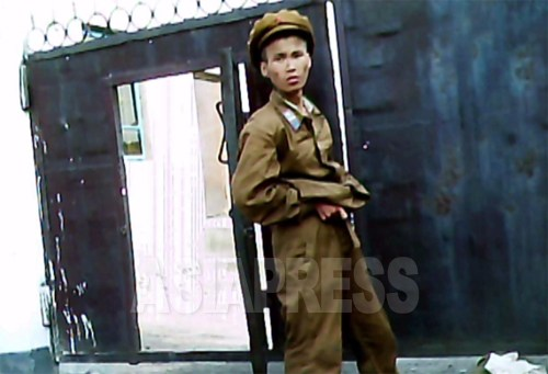 (参考写真)栄養失調で病院に護送される途中の工兵部隊の若い兵士。2011年7月、平安南道で。(撮影/具光鎬)