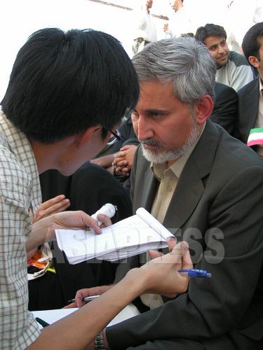 ハタミ大統領の弟であり、改革派最大政党・イラン・イスラム参加戦線党首レザー・ハタミ氏にインタビューするディック。(2009年6月 筆者撮影)