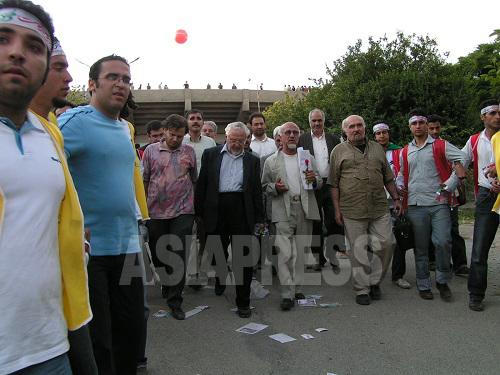集会後、会場を後にするエブラヒム・ヤズディー氏と、彼を暴徒の襲撃から守るため、「人の鎖」で囲むボランティアたち。ヤズディー氏は、革命前はフランスに住むホメイニ師の相談役を務め、革命後は外務大臣、首相顧問等の要職を歴任。改革派の重鎮の一人として今回の選挙に立候補届出を行ったが、資格審査で落とされた。現体制による逮捕歴も多数ある。(撮影筆者 2005年6月)