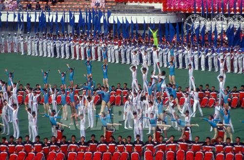 中学生によるサーカスまがいの演目も「ウリ」だ。練習は半年に及ぶという。写真は「アリラン」と称する前の1995年の集団体操。撮影 石丸次郎