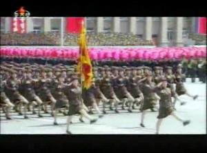 2013年7月27日、「戦勝60年」を祝う閲兵式で行進する女性部隊。女子大学生の民兵の隊列だと思われる。(朝鮮中央テレビより引用)