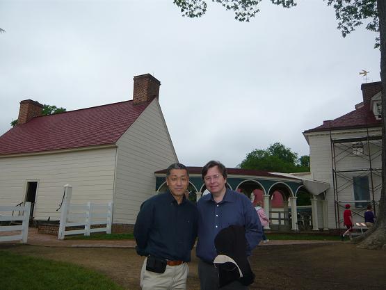 筆者とルイス。ルイスのこよなく愛するジョージ・ワシントン邸にて。