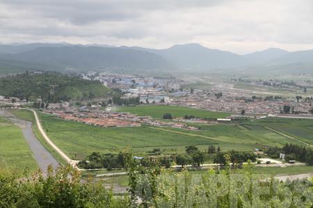 (参考写真)咸鏡北道会寧(フェリョン)市。間を流れる川は豆満江。人口10万を超える、朝中国境の豆満江側では最も大きな都市だ。90年代後半以降、多くの住民が脱北した。2010年6月中国側より撮影(アジアプレス)