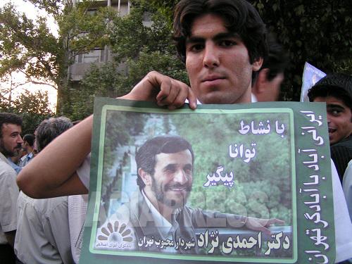 アフマディネジャード候補を支持する若者。テヘランで。(撮影・筆者 2005年)