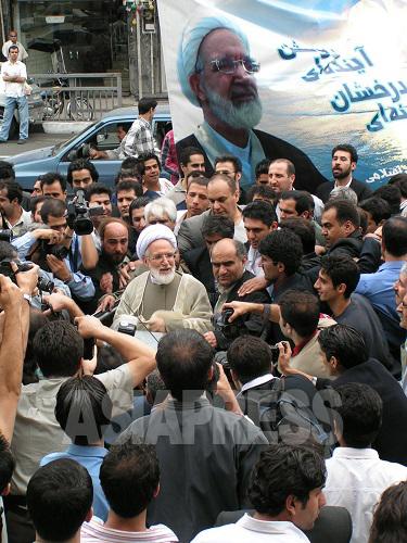 熱狂的な支持者に囲まれる改革派候補キャルビー師。4年後の大統領選挙後の騒乱で、暴動の首謀者の一人として自宅に軟禁されることになる。(撮影筆者/2005年6月)