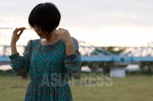 日本入りした脱北者として初めて大学を卒業したリ・ハナさん。今年1月刊行の手記「日本に生きる北朝鮮人 リ・ハナの一歩一歩」は多くのメデイアに取り上げられた。撮影:金慧林