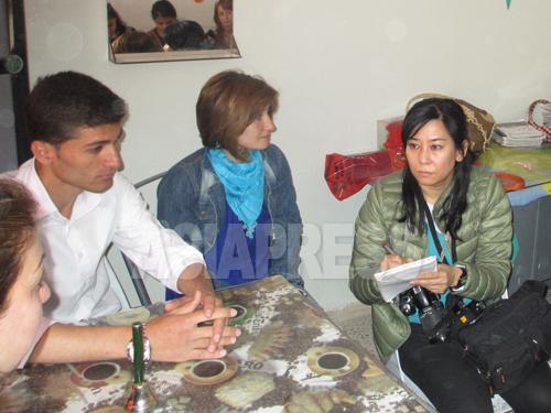 シリアの一般家庭を取材する玉本英子。内戦下の市民の暮らしを伝えるため、シリア北東部に入った(2013年春撮影)