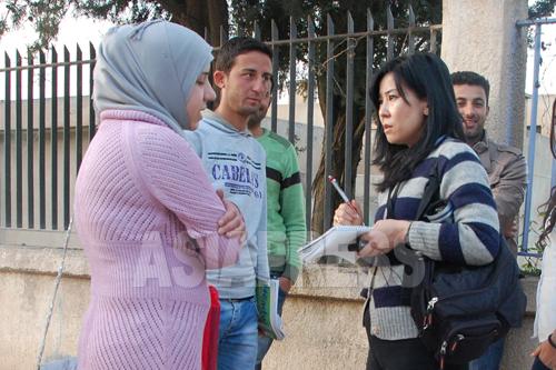 シリアの学生たちから話を聞く玉本英子。内戦下の市民の暮らしを伝えるため、シリア北東部に入った(2013年春撮影)