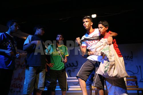 芝居のワンシーン(2007年 ヨルダン川西岸ジェニン難民キャンプ)