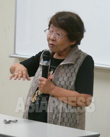 証言する新川初子さん(87)