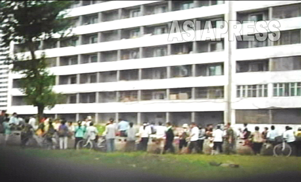(参考写真)平壌の中心部・楽浪区域のアパート街。裏通りには、自発的にモノを売り買いするために人たちが集まっている。撮影リ・ジュン 2007年 8月