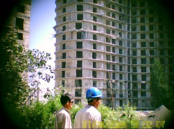 (参考写真)20階を超える高層アパートの建設現場。各階の窓枠の位置も大きさもまちまちで歪んでいるのがよくわかる。2011年8月 平壌市大同江区域にて ク・グァンホ撮影