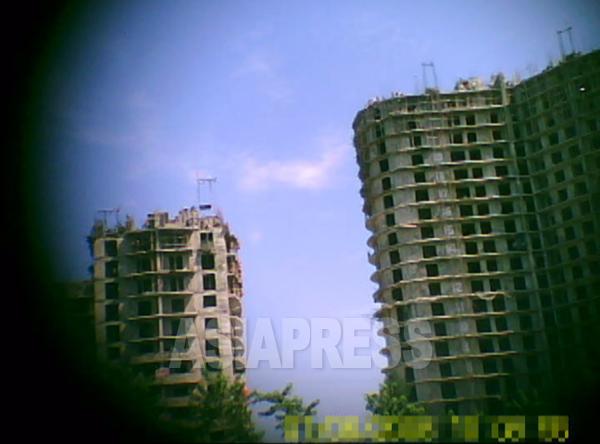 (参考写真)高層アパートの建設現場。各階の窓枠の位置も大きさもまちまちで歪んでいるのがよくわかる。2011年8月 平壌市大同江区域にて ク・グァンホ撮影