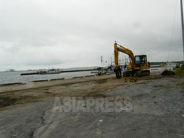 福島県相馬市の松川浦港では、津波の傷跡がいまも残る(栗原撮影)