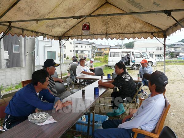 漁業の再生を願う漁業者たち。しかし、名古屋から西では「福島の魚」ということで受け入れられないという(福島県相馬市にて 栗原撮影)
